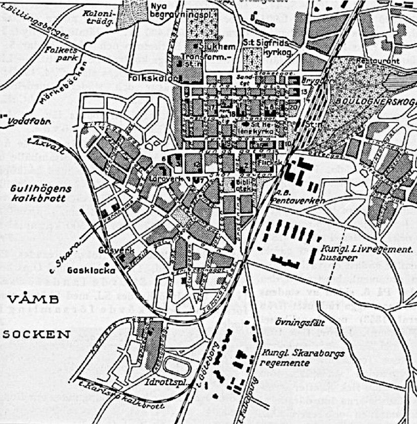 Karta Skövde 1935 visar spårens läge och hur långt gatusystemet var utbyggt vid tiden. SAJ's två svängar ses från Vasaplan till Vaddfabriken. Carlsro-spåret och Gullhögspåret. (www.vykort.panatet.se)