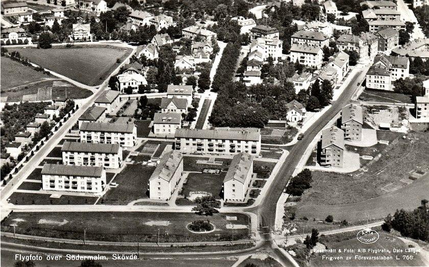 Plankorsningen vid Skaraborgsgatan på 1940-talet. Carlsro-vägen går parallellt söder om spåret. (Skövde Stadsmuseum)