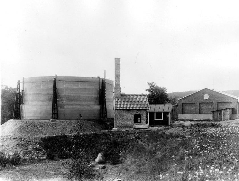 Själva gasklockan låg tvärs snett över SAJ-spåret på den västra sidan. Här under bygggnation 1917.