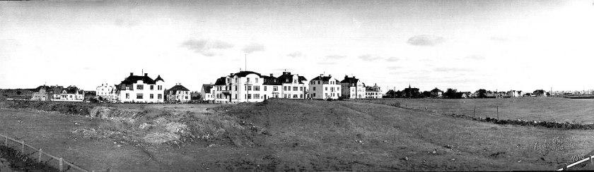 Den sista vyn när SAJ lämnade Skövde var norra Vasastaden. 1913 byggdes/schaktades det för fullt för hus och den nya Vasagatans norra ände just här. Från SAJ-spåret med staket. (Skövde Stadsmuseum)
