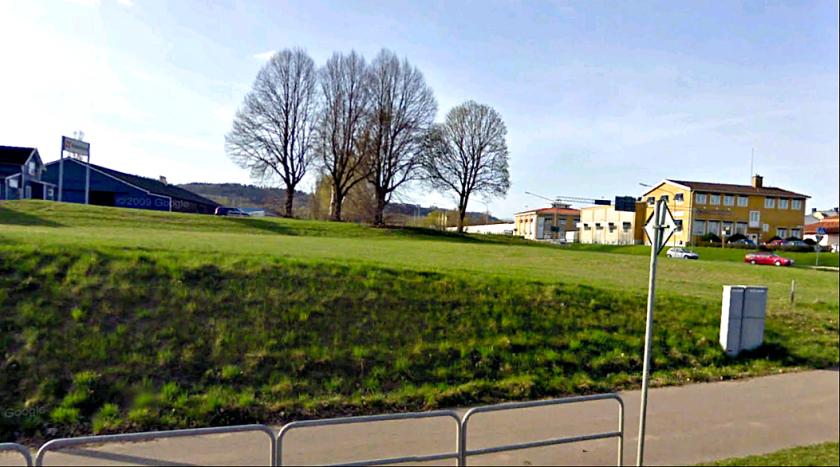 Några träd och den gamla stugan står kvar som minne från tiden för SAJ och G:a Vanrhemsvägens infart till Vasagatan.