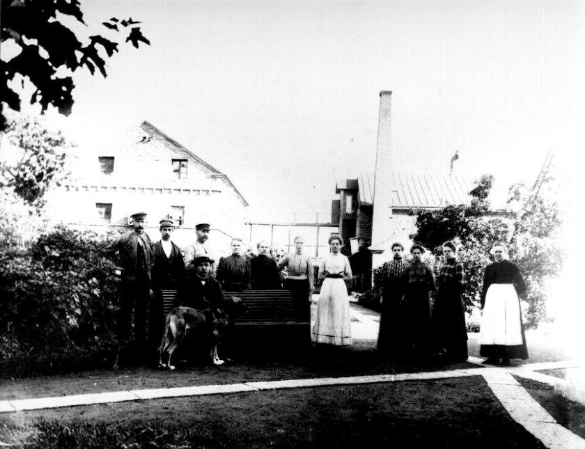 Vaddfabrikens invigning med fabrikör Palmblad själv och hans nyanställda personal. Byggnaderna håller just på förenas med mellangång som här reglats. (Skövde Stadsmuseum)