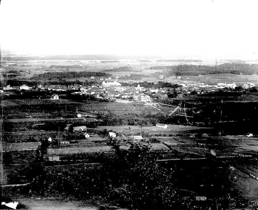 1889 från Blllingsberget som man uttryckte sig då. Den nya staden som bygger på 1863 års plan (sedan 1872 års plan) börjar breda ut sig främst söder ut! (Skövde Stadsmuseum)