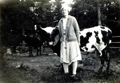 Stina med sina kor på Billlingen. Foto från tiden för branden.