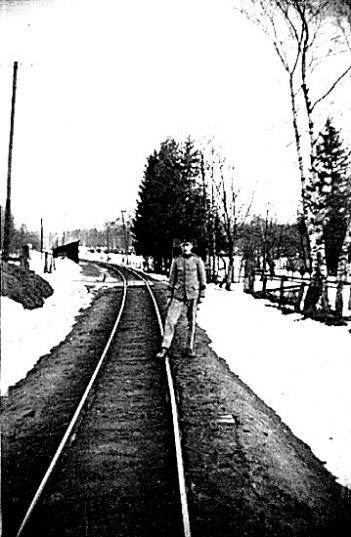 Ljungstorps anhalt 1937 - med anhaltskaj och öppet väderskydd öster om vägen och mitt emot banvaktens gård. Gunnar Andersson som beväring snett framför fädernesgården.Foto Nils Lann