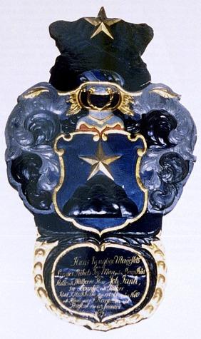"""Epitafie (minnesvård) i keramik - med adelsvapen Nr 826 - över Johan Funck i Garpenbergs kyrka. Familjen Funcks hjärtvapen - """"ett berg med stierna över"""".  Foto Claes Funck, Skövde Stadsmuseum copyrigt"""