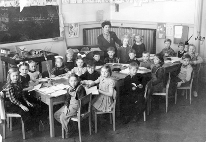 Våren 1948. Claes i första klass, Skövde Folkskola utmed Torggatan. 24 mars på tavlan. Den lilla lådan t.v i bilden innehållande diverse djur i trä, kor,grisar,hönor, några lantliga hus och buskar.