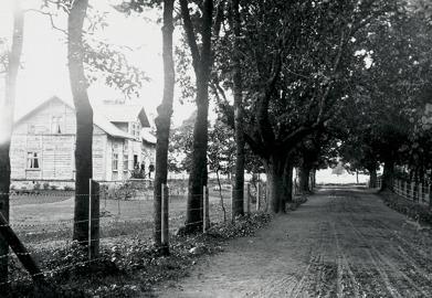 August med familj på trappan till Klosterdal. Fotograf Ludvig Eriksson, Skövde 1892. Västergötlands Museum - bildarkivet/bildnr: A71923. Klicka på bilden för större bild!