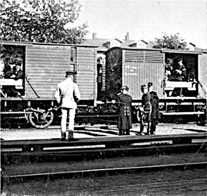 Militärer framme i Skövde från Stenstorp. I bakgrunden Vattenkuranstalten. (Bild Skövde Stadsmuseum - bildnummer: 105044)