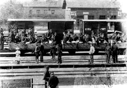 Stenstorps station med militärer i byte av tåg från LSSJ till Västra stambanan på väg till Skövde ca 1900. (Bild från Västergötlands Museum)