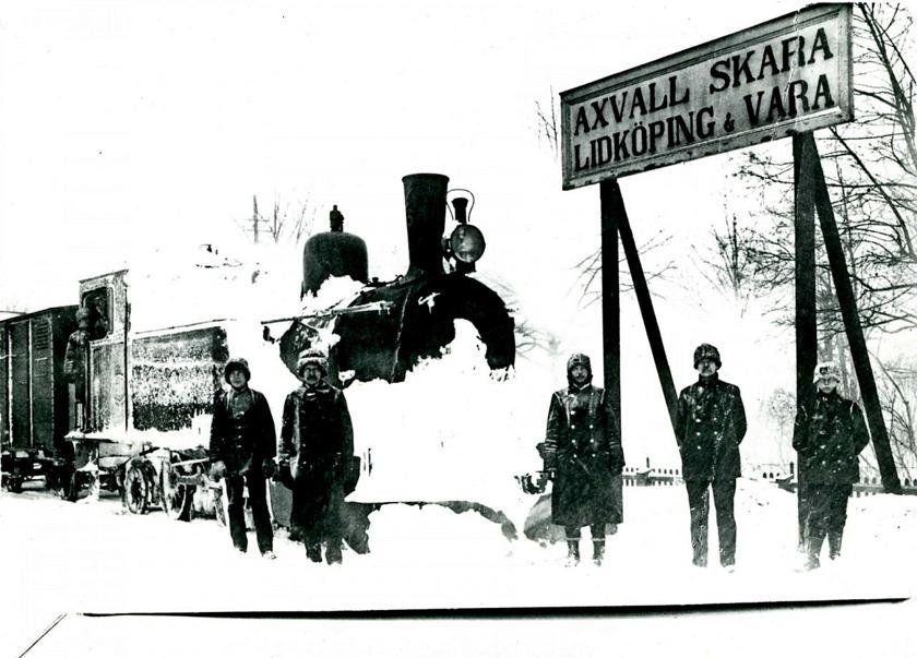 En mycket vintrig bild av SAJ-kajen och SAJ-skylten som fanns ett litet stycke innan stoppbocken på SAJ-kajen. (Skövde Stadsmuseum)