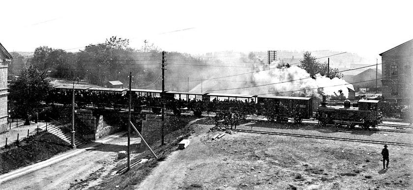 1904 i maj, skolresan går till Axvall med chartrat sommartåg knappt två månader efter start. Frilastkajen har just fått sitt spår och stoppbocken avslutas av arbetarna på bilden. (Skövde Stadsmuseum)