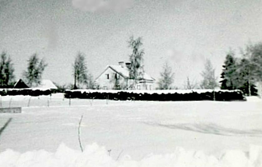 """""""Johanssons"""" här hyrde Rockwoolarbetaren Yngve och Alva Brage. Huset idag helt borta liksom ladugård. Bild från Marianne Brage, Vartofta, 2014."""