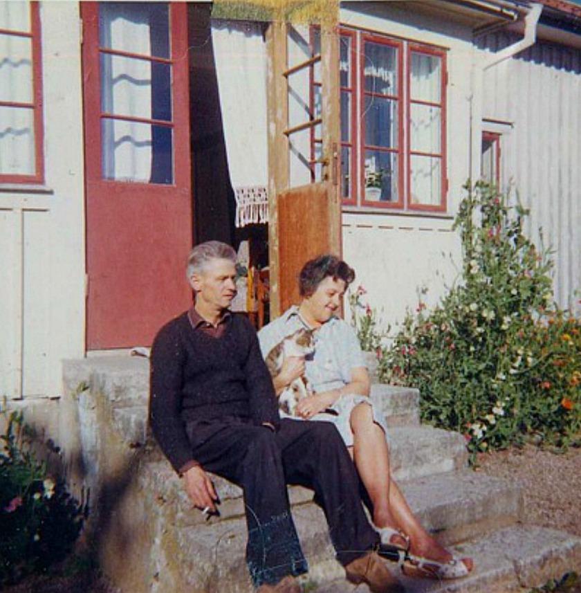 Brandstorps gård färgsatt annorlunda på 1960-talet. Yngve och Alva Brage på trappan till verandan under sin hyrestid i huset. Bild från Marianne Brage, Vartofta, 2014