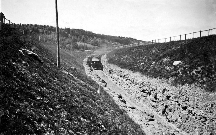 Tåg på väg upp ur kalknedbrytningen vid Våmb och strax före där Varnhemsvägen korsar med gläntan där ovanstående sammanfogningsfirande går av stapeln. (Skövde Stadsmuseum)