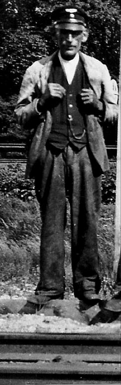 Banvakt SAJ Gustav Karlsson, Våmb Delförstoring Foto 1940-tal av Erland Ullberg, Åkerdal, Ljungstorp, tillhandahållet av Verna Andersson Ljungstorp