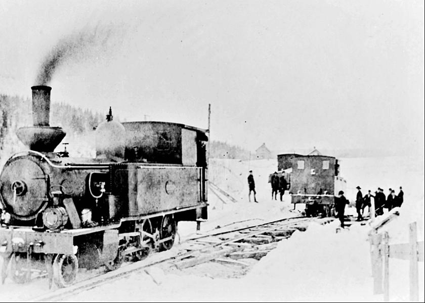 De båda loken AXVALL & VARNHEM i ett fotosällsynt möte. Vinter 1903-04 månader innan start. Arbete på spåret. (Bild rekonstruerad av museifotograf Anders Sjölander från ett hjälplöst bleknat foto.)