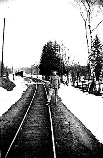 Ljungstorps anhalt 1937 - med anhaltskaj och öppet väderskydd öster om vägen och mitt emot banvaktens gård. Gunnar Andersson som beväring snett framför fädernesgården, Ljungstorp. Foto Nils Lann