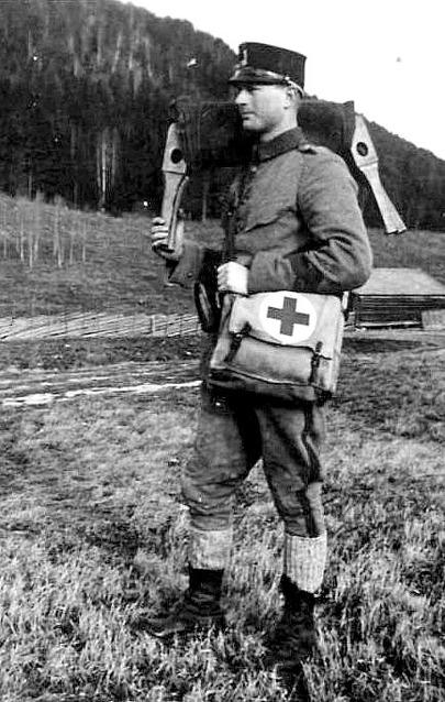 En ung Erik Funck som sjukvårdare. Bild ur Erik Funcks album från Claes Funck