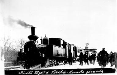 Tåget består av ett av de första loken, kombinerad post- och godsvagn, 2 personvagnar och godsvagn. (Skövde Stadsmuseum)