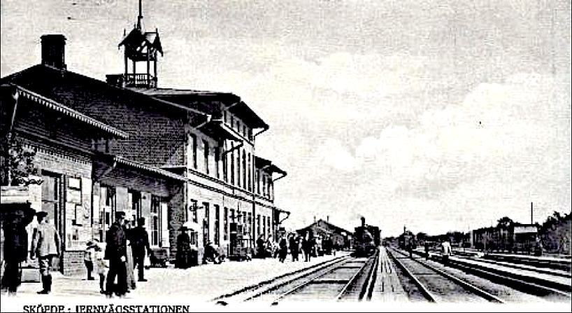 Järnvägsstationen 1902 norröver med 1893 års tillbyggnad närmast i bild. (Bild Skövde Stadsmuseum)