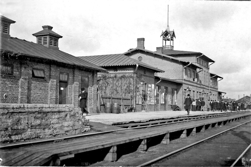 Järnvägsstationen 1902 innan de första stolplamporna för el sattes upp och stationen ombyggdes. (Bild Skövde Stadsmuseum)
