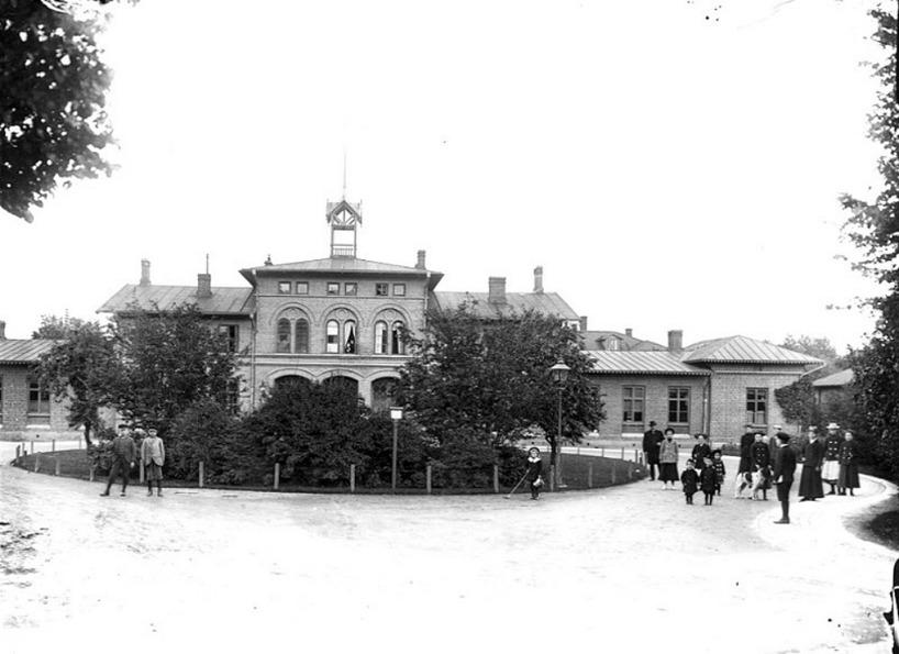 1902 enligt arkivtext & fotograf: Eriksén, Skövde. Gasbelysningen kvar i rundeln och vildvuxna buskar och träd. (Skövde Stadsmuseum)