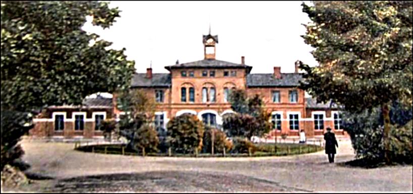 Järnvägsstationen med sina starkt markerade fönster- och dörrinramningar. Ännu inte ombyggt inför SAJ-trafik.