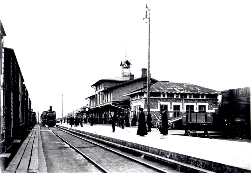 Bild från 1905 innan ombyggnation med kraftigt ändrat tak. Notera att på bilden finns både de gamla gaslyktorna och nya elektriska stolplampor.  (Bild från www.vykort.panatet.se)