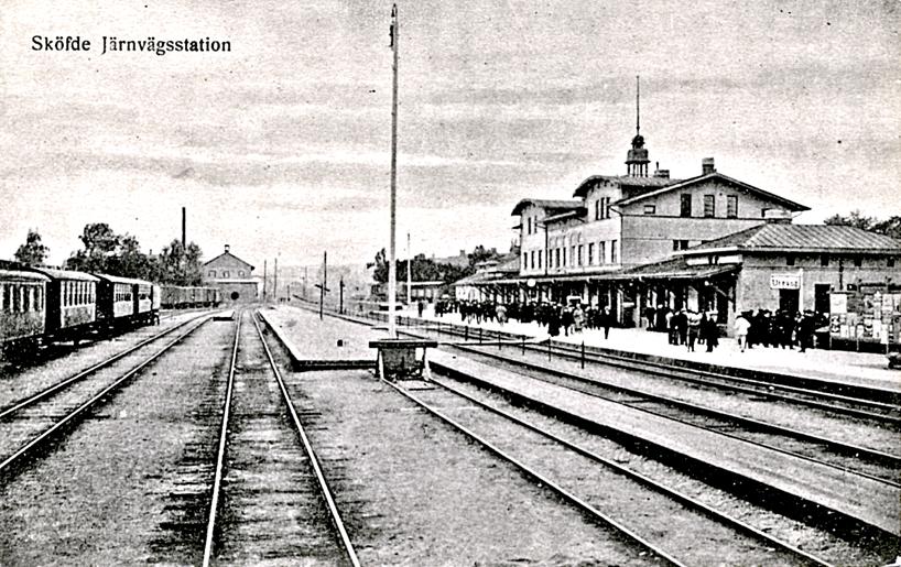Fem år senare syns ingen förändring. Mycket folk framför stationen i väntan på avresa eller hämtning av någon. Karlsborgsbanans stoppbock mitt i bangårdsområdet från 1876-77. (Skövde Stadsmuseum)