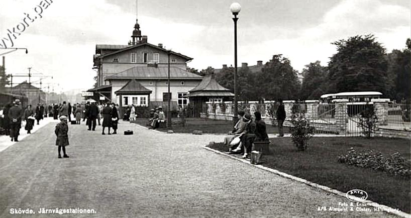 1940-tal med näraliggande busstation. Elektrifierad blev stambanan 1925 i juli. Den lilla kiosken från tidigare är nu en större bod med ytterligare en tilläggsbod t h. (www.vykort.panatet.se)