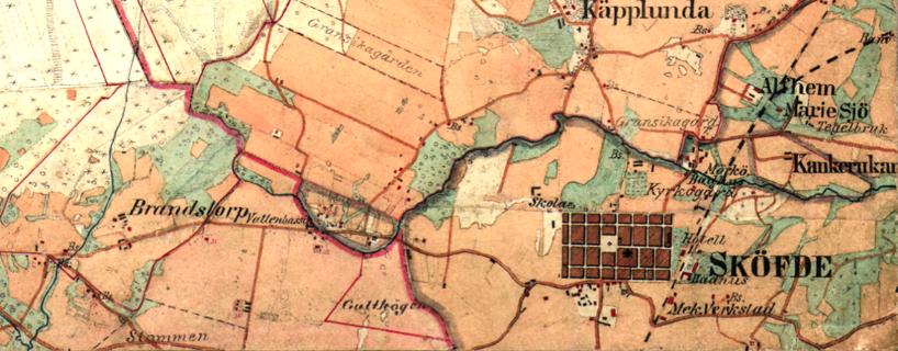 """Häradsekonomiska kartan från 1877 visar Skövde som en """"massiv"""" fyrkant """"touchad"""" av Västra stambanan och med endast två utfartsvägar - (Södra) Storgatan och flyttad utfart norrut mot öster."""