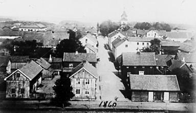 Stora Kyrkogatan från Västerhöjd med Västra Staketgatan i förgrunden. Åren efter Västra Stambanans etablering. (Bild Västergötlands Museum)