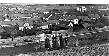 """Från Västerhöjd på 1888 med """"nybyggda Gamla Läroverket"""". Skolgatan 4 byggs i bakgrunden. (Bild Skövde Stadsmuseum)"""