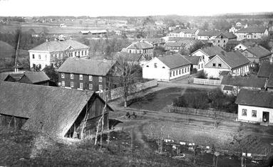 Det vita huset t v är en skolbyggnad som byggdes 1881-82. Arkitekt Lars Kellman. (Skövde Stadsmuseum)