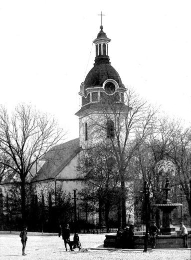Kyrkan före renoveringen 1890. (Skövde Stadsmuseum)