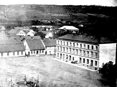Kvarteret Loke, Skövdes första stenhus. Lägg märke till springbrunnen av gjutjärn på torget. (Bild Skövde Stadsmuseum - bildnr: 102.180)