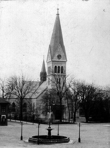 1891. Nyss ombyggd kyrka med högre och annorlunda torn i sandsten. Ännu inte putsad. (Skövde Stadsmuseum)