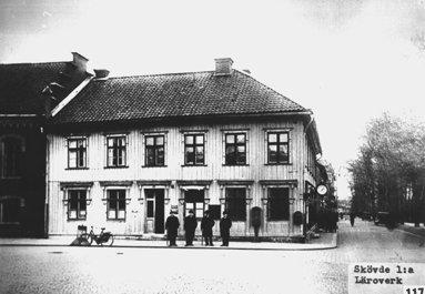 Skövdes första separata skolbyggnad - hade tidigare inrymts i Rådhuset bredvid. (Skövde Stadsmuseum)