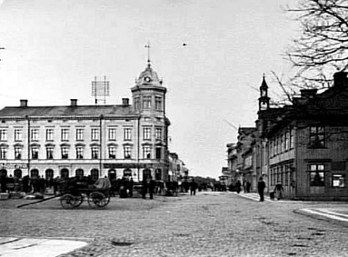 """Bild från sekelskiftet med Rådhusgatan norrut (tidigare Södra Storgatan - eller """"Norra Stratan"""" som man sa långt in på 1900-talet). (Skövde Stadsmuseum)"""