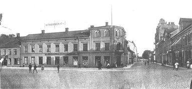 Ett tidigt byggt hus vid torgets södra sida. Bankhus (1863) från början - här Assbecks och senare LIndex. (Skövde Stadsmuseum)