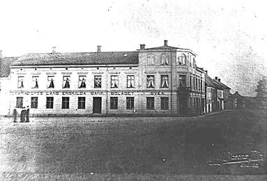 """Det äldsta fotot åt söder på torget. Då står fortfarande """"Skaraborgs Läns Enskilda Bank Bolaget - Svea"""" på byggnaden. (Skövde Stadsmuseum)"""