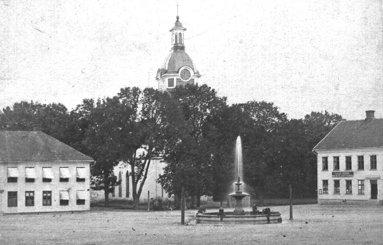 Torget har utsmyckats med en fontän av gjutjärn redan 1859 - den var berömd i hela landet och skulle 3/9 1860 besetts av Konungen, som dock blev försenad och inte såg den!. (Skövde Stadsmuseum)