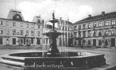 Denna märkvärdiga fontän för en stad av Skövdes storlek var kanske mest märkvärdig för att där fanns sprutande vatten överhuvudtaget. En ovanlighet vid denna tid i Sverige. (Skövde Stadsmuseum)