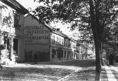 Hertig Johans gata ner mot stationen kring sekelskiftet. (Skövde Stadsmuseum)