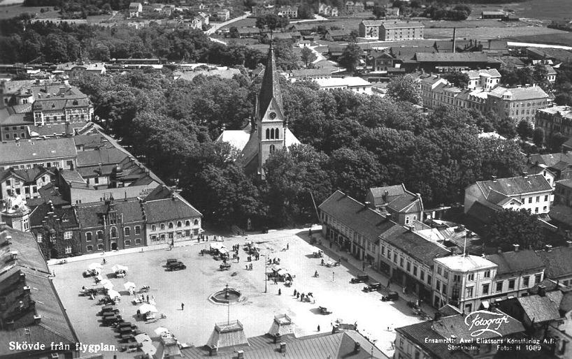 """Flygbild 1930-tal med arbetarbostäderna kvar på """"Gjutargärdet"""" och några nybyggda """"höghus"""" dito har kommit till. Annars förvånansvärt sig likt från förra århundradets senare hälft! (Skövde Stadsmuseum"""