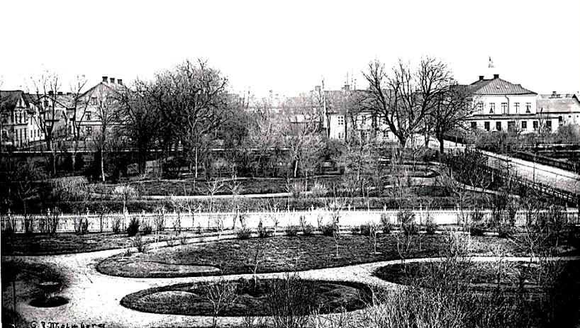 1870-75 Gamla Prostgårdens ägor har förvandlats till parker och tomter. Flytten av Prostgården gjorde ny gatudragning möjlig för Trädgårdsgatan, Kyrkogatan och Mörkegatan. (Skövde Stadsmuseum)