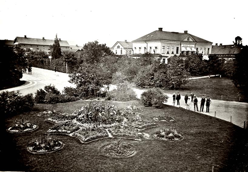 1887 - året innan Hotell Billingen började byggas. Borgmästarvillan är riven och stationsrundeln prunkar som aldrig förr! (Skövde Stadsmuseum)