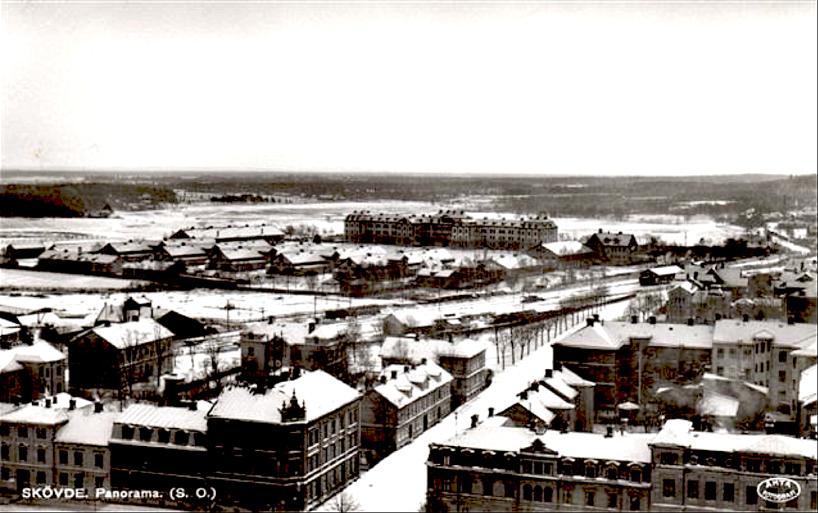 Panorama sydost med Järnvägshotellet, lokstallet, regementsområdena, omlastningskjul för SAJ och Prinsgatan. Med på bilden är också SAJ's godsmagasin i mitten av bilden.  (www.vykort.panatet.se)