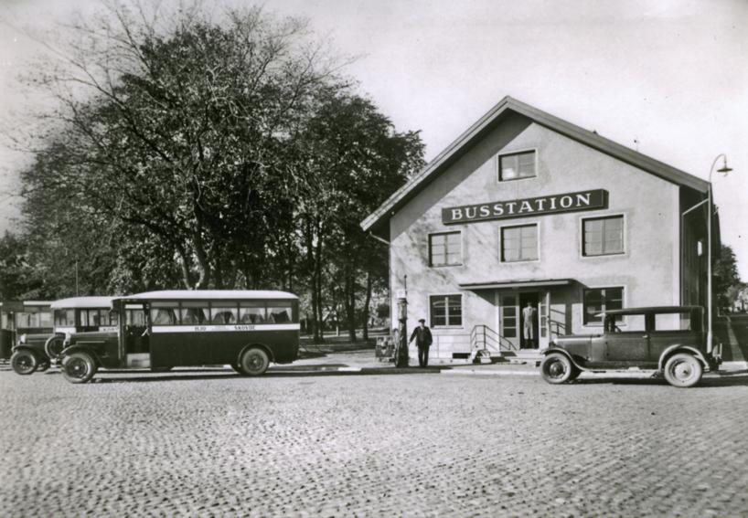 1931 Skövde busstation med de fordon som tidigt började konkurrera med SAJ om trafik mellan landsorterna och städerna. (Skövde Stadsmuseum)